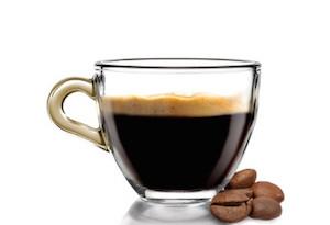 Caff caldo in tazza con chicchi di caff